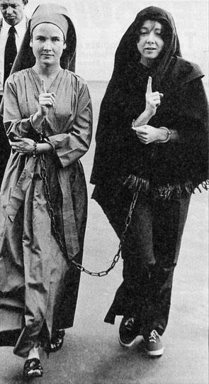 Squeaky e Sandra Good presas juntas, fazendo sinais para Charles Manson