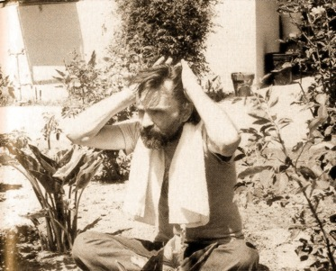 Charles Manson em deu jardim de Vacaville